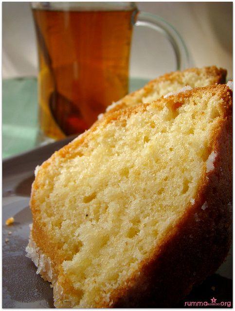 Aslında madlen kek fransızlara ait daha farklı bir kek ..Tarifte bu isim kullanıldığı için bende bu ismiyle yayınlıyorum. Klasik bildiğimiz sade kek..:)) Malzemeler: 5 yumurta 250 gr pudra şekeri 1 paket margarin 1 paket kabartma tozu 1 paket vanilya 1 limon kabuğu rendesi un Glazür için: 1 çay bardağı pudra şekeri 1 tatlı kaşığı limon …