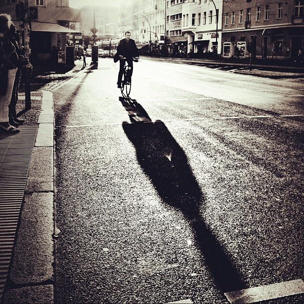 Door het licht zie je een schaduw op de grond.