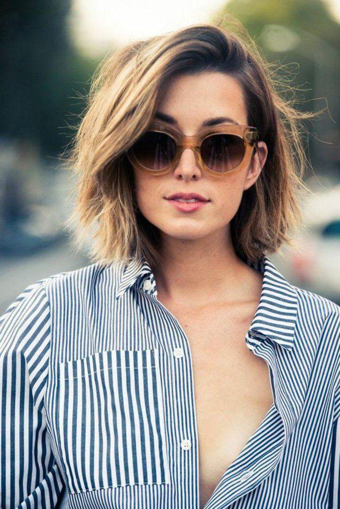 modele coupe courte cheveux marrons balayage blond, lunettes de soleil marron, chemise aux rayures