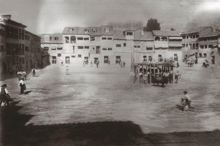 Fiestas de Nuestra Señora y San Roque - Peñafiel. Una jaula se instalaba en medio de la plaza hasta 1929, cuando la jaula se cambió por empalizadas.