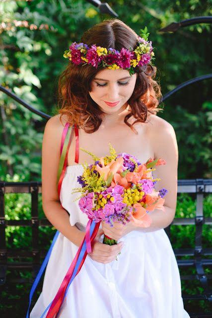 Letni bukiet ślubny : Pracownia paryskie klimaty ** wianek kwiatowy : Pracownia paryskie klimaty ** modelka : Kasia Dziewit ** fotograf : Maria Mendakiewicz ** stylizacja : Magdalena Sawicz