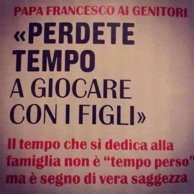 """Papa Francesco: Pierde el tiempo jugando con los niños. El tiempo dedicado a la familia no es una """"pérdida de tiempo"""" pero es un signo de la verdadera sabiduría."""
