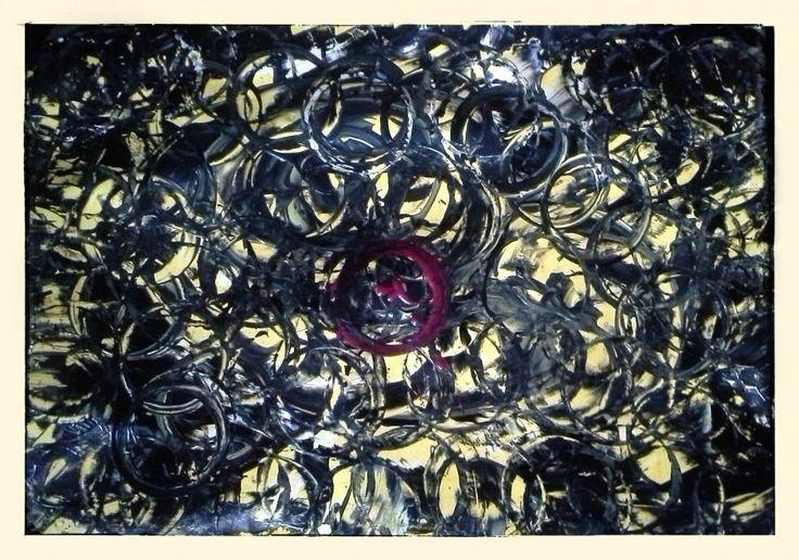 Eine Form entsteht: Kreise, chaotisch und Wild: Ungebremste, hasserfüllte Kreise. Gelb kommt als Farbe hinzu, ein kleine roter wütender Krei...