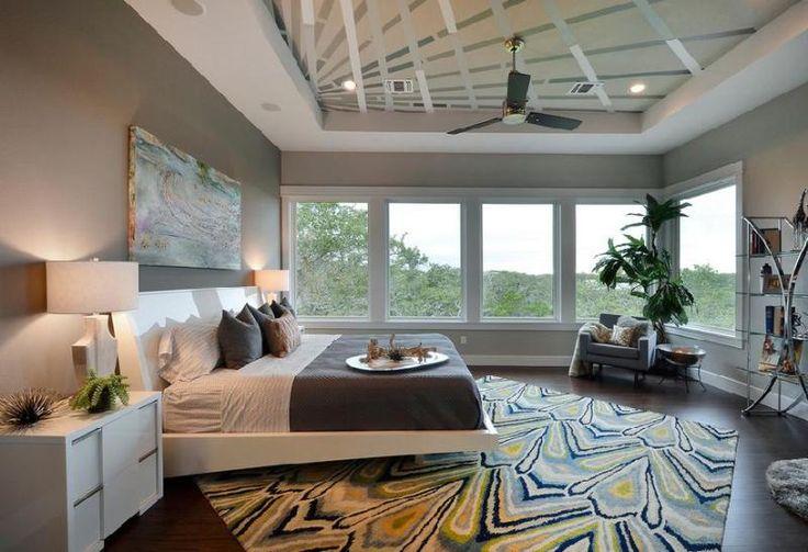 Большая светлая спальня с картиной