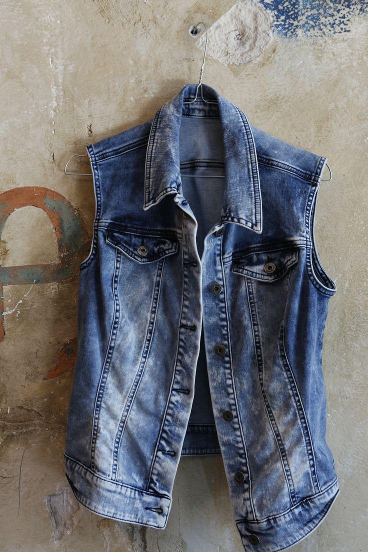De mode mushave, het mouwloze jeansjasje