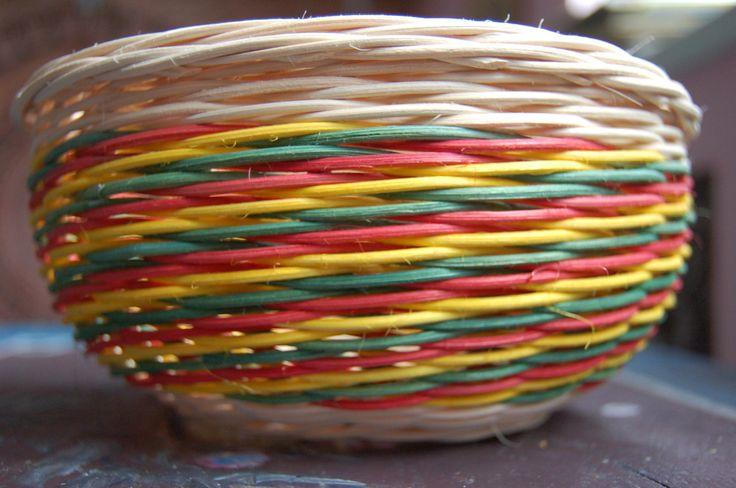 Košík z pedigu Košík upletený z pedigu, trojbarevný vzor, průměr: 19 cm, výška: 9 cm, nelakovaný