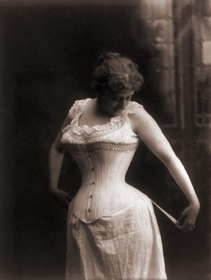 1899 photograph of a woman in a whale-boned corset,