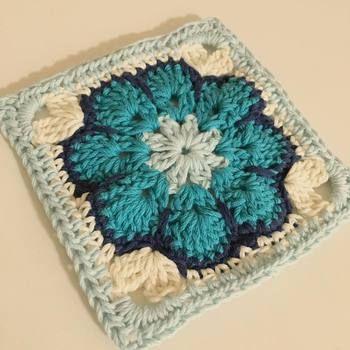"""グラニー編みは、「グラニースクエア」と呼ばれる四角いモチーフを生かして作る編み物でよく親しまれています。グラニーは英語で、""""Granny""""。""""おばあちゃん""""という意味があるんですよ♪"""