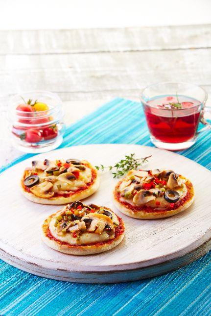 La receta de english muffin pizza de vegetales es una buena alternativa para preparar pizza sin tener que tomar todo el tiempo de preparar la masa de pizza. Con los english muffins tu pizza quedará mucho más esponjosita.