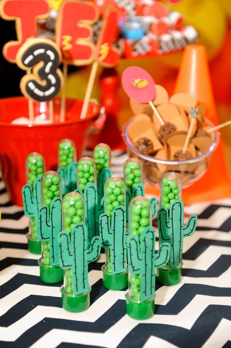 Balinhas com cactos desenhados decoram a mesa do bolo de anivers rio de menino com tema carros