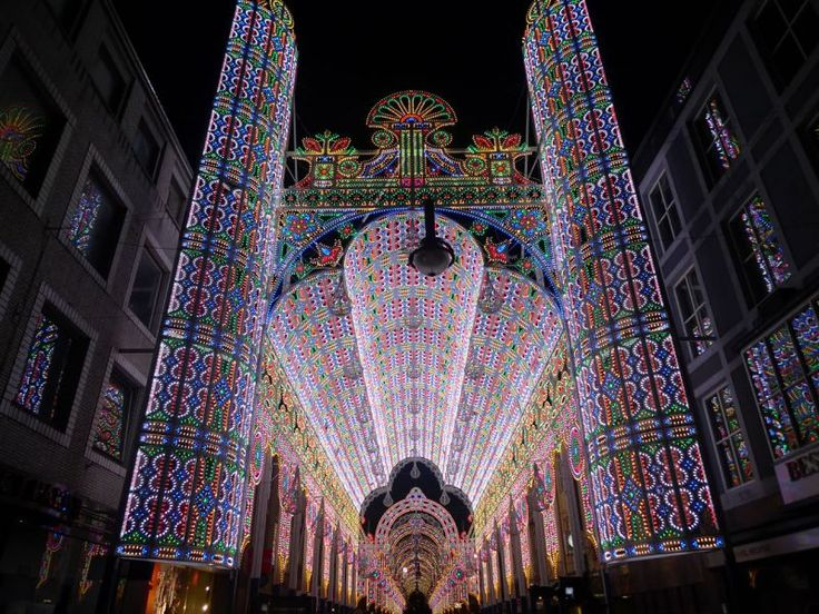 The De Luminarie Cagna. A giant colonnade made of wood and hundreds of thousands of LEDs. The entrance area is an imposing 28 meters high. The audience walks into a fairy tale gallery, surrounded by light and color.
