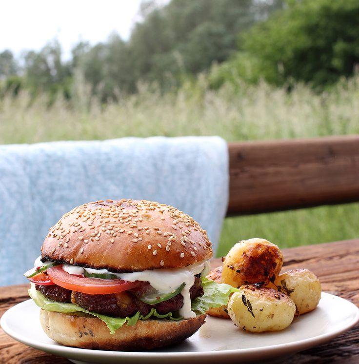 lækre hjemmelavede burgerboller, burgerbøffer og selvfølgelig en masse tilbehør, som bl.a. bestod af rigelige mængder cheddar, tomater, råsyltede agurker og dijon-dressing