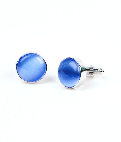 Dieser runde Manschettenknopf aus silbernen Messing sticht besonders aufgrund des blauen Steines ins Auge. Bei dem blauen Stein handelt es sich um farbiges Glas, das in Kombination mit dem Messing erst richtig zur Geltung kommt. Dieser Manschettenknopf ist besonders zu einem schlichtem Anzug ein Hingucker.  #Manschettenknöpfe #cufflinks #Weihnachtsgeschenk