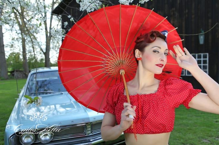 Dixie Ramone scopre il mondo del burlesque nel 2007, ed è amore a prima vista! Burlesque è per lei il luogo dove tutto è possibile, è libertà totale. Prende il nome dalla sua band preferita, i Ramones, che rispecchiano il suo carattere: energico, esplosivo, ribelle.
