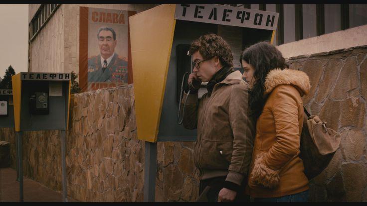 """Jérôme et Carole, deux cousins français, se font passer pour des fiancés pour entrer en URSS et porter des messages de l'extérieur à des refuzniks, des juifs à qui le visa de sortie du pays a été refusé. Un sujet passionnant et bouleversant. Le film """"Les Interdits"""" est actuellement en salle.http://manufacturedeurope.tumblr.com/post/68772697543/publication-de-manufacture-deurope"""