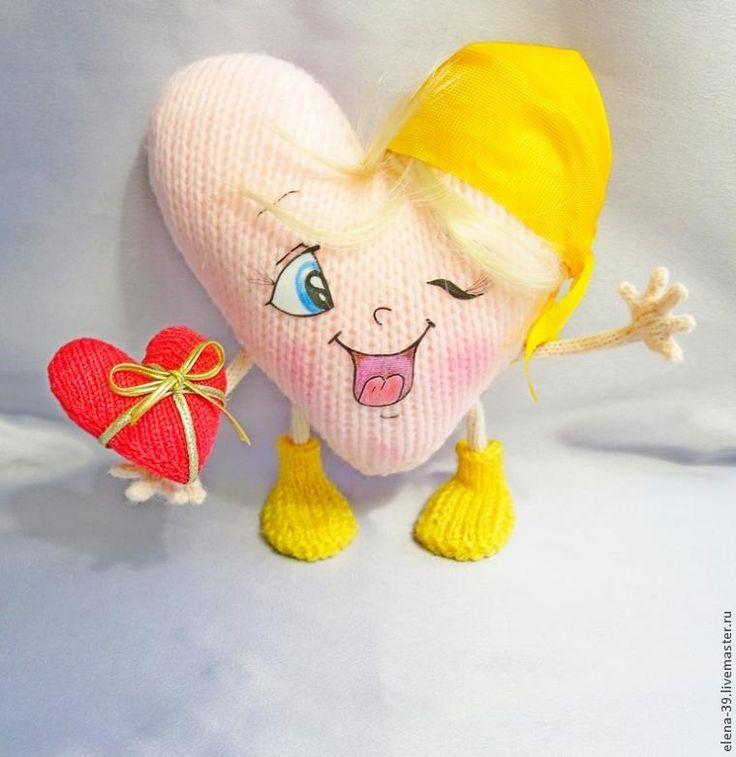 Предлагаю еще один мастер-класс по созданию вязанного сердечка. Для работы необходимы: пряжа розового цвета, спицы, соответствующие толщине пряжи, проволока, наполнитель для игрушек, кусочек белой неосыпающейся ткани, пастель, пряжа желтого цвета, искусственные волосы, клей, ножницы, игла для сшивания. Начинаем вязание сердечка (2 детали): На спицы набрать 2 петли. 1 ряд - 2 лиц 2 и вс…