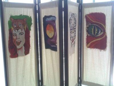 Biombo creado con tela costeña y con diseños artísticos en óleo. Los rostros son inspirados en el Carnaval de Barranquilla.
