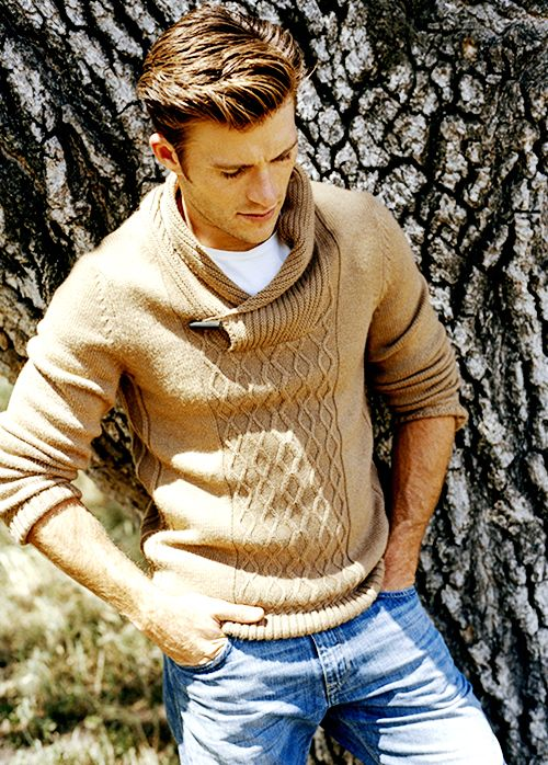 Ughhh he looks so young here. Babe. Scott Eastwood