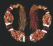 ÉNORME COLLIER DES RÉGIONS SUD DE L'ATLAS composé de grosses boules brunes séparant une multitude de perles de corail, ambre, cornaline, coquillages et autres perles de couleurs, et métal, en chute. Les extrémités frangées servaient à la suspension autour du cou. Maroc. Long. sans les franges : 85 cm env. #maroc #morocco #marruecos #المغرب #مغرب #المغرب_الجميل