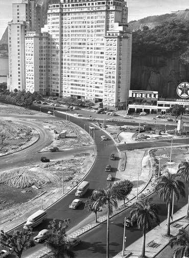 A Avenida Infante Don Henrique ainda com o Morro da Viúva ainda visível. Mais tarde, novos edifícios ocultariam completamente o morro 26/06/1961