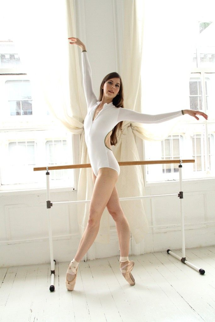 Mary Helen Bowers in her New York studio.I want her leotard. ✯ Ballet beautie, sur les pointes ! ✯