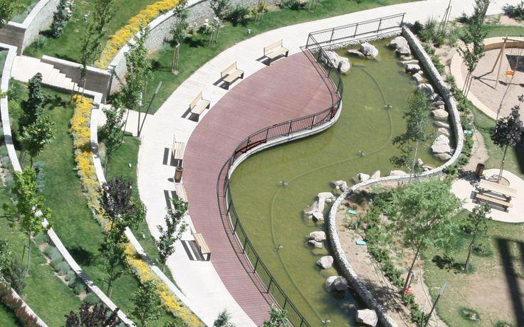 Kaydırmayan yüzeyi ile yürüyüş yollarında da tercih edilen Pimawood zemin kaplama ürünü sayesinde Nevbahar Botanik Konutları'nın bahçe düzenlemesi daha estetik bir havaya bürünmüştür.