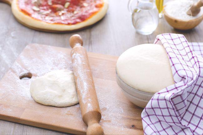 L'impasto per la pizza è una preparazione di base realizzata con farina, acqua, lievito, olio e sale da cui potrete ottenere varie tipologie di pizza.