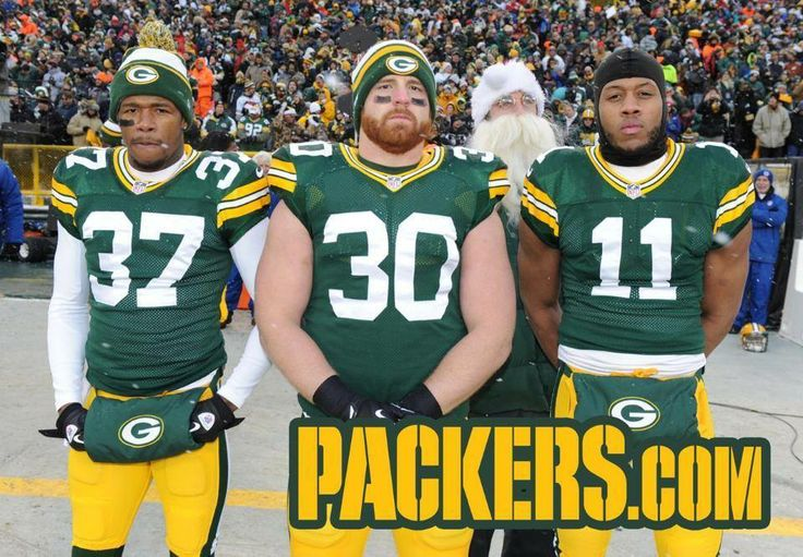 Here is a Christmas card-worthy Aaron Rodgers photobomb!