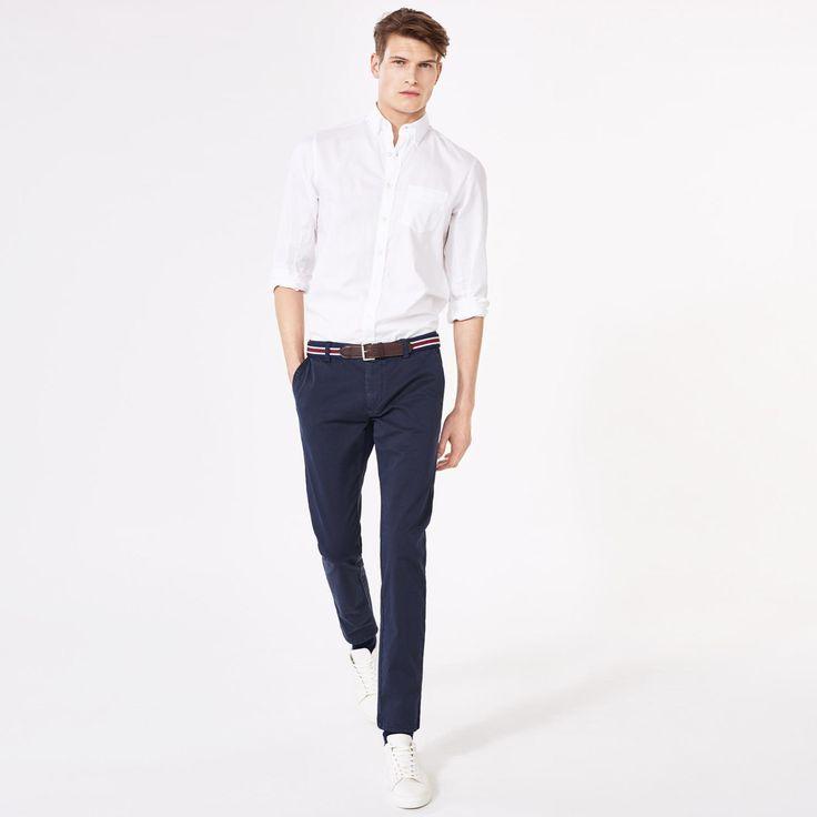 """Pantaloni chino in cotone elasticizzato con vestibilità """"Slim"""" (vita bassa e taglio stretto sulla gamba), tasche frontali all'americana, tessuto a contrasto lungo l'interno della vita, due tasche a doppio filetto sul retro e patta con zip e bottone. (Consiglio di stile: quando indossi una cintura, assicurati di infilare il perno all'interno del pezzetto di tessuto sotto il bottone frontale per tenere i pantaloni perfettamente in posizione)."""