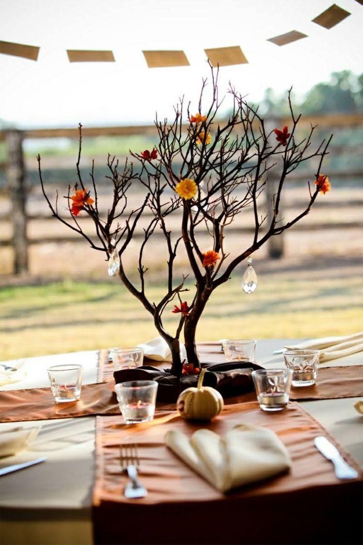 Awesome An dieser Tischdeko aus Zweigen wurden Bl ten und Glitzersteine mit sten zum einem Baum gebunden