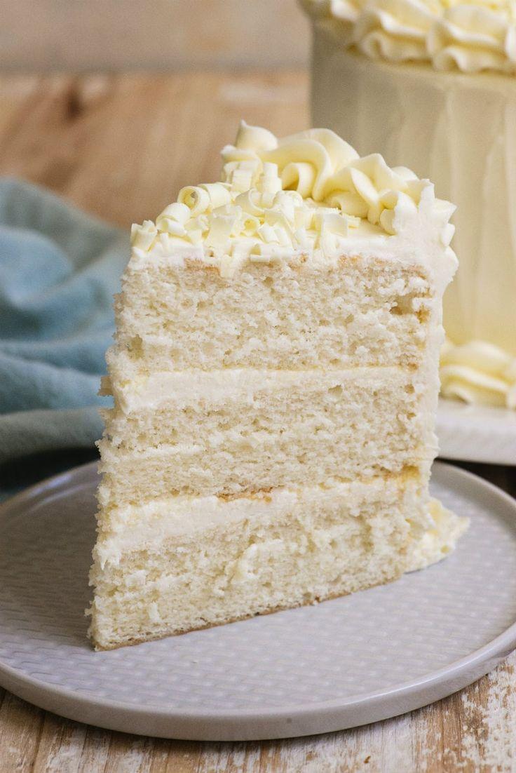 Einfaches Rezept für weiße Hochzeitstorte von RecipeGirl.com #easy #white #wedding #cake # …   – Cakes
