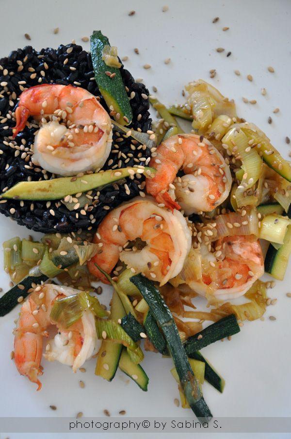Due bionde in cucina: Riso venere con gamberi e zucchine