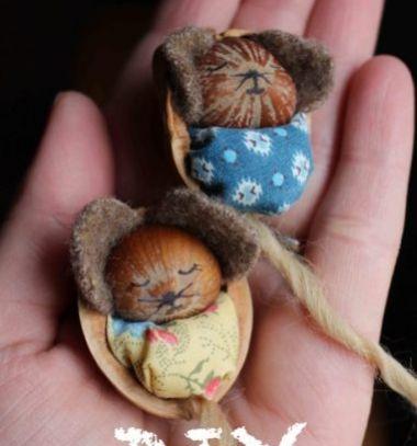Adorable hazelnut mice in walnut cradles // Aranyos mogyoró egérkék bölcsőben - dióhéjból // Mindy - craft tutorial collection