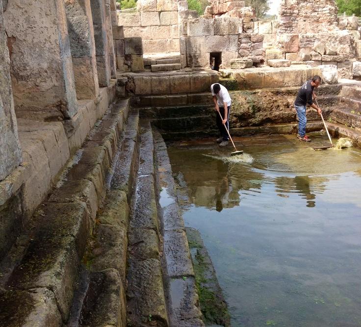 """Pulizia settimanale della """"natatio"""" delle Terme Romane. www.forumtraiani.it"""