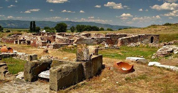 """Археологическият резерат """"Тракийски и античен град Кабиле"""" се намира на 8 км северозападно от гр. Ямбол. Посетителите могат да видят руините на Кабиле – един от най-големите и значими градове в древна Тракия, възникнал в IV век пр. Хр. В края на II и нач. на I хил. пр. Хр., около светилището на богиня Кибела-Артемида, разположено на """"Зайчи връх"""", възниква тракийският град Кабиле."""