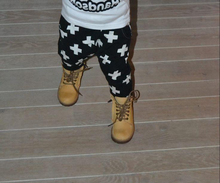Een stoere broek maken? Dan is dit een heel leuk gratis patroon!Ik maakte voor Peter deze Jovi broek voor zijn verjaardag. En ik vond hem eigenlijk wel erg goed gelukt!Het is een leuke harembroek met een laag kruis. Op het moment zie je die veel bij bekende merken