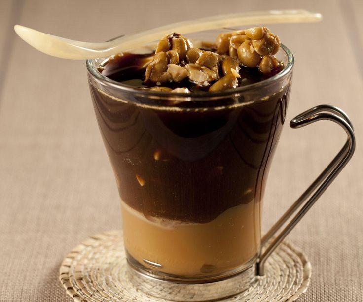 Para uma sobremesa diferente, que tal esta taça com café, sorvete e pé de moleque? Clique na FOTO para ver a receita