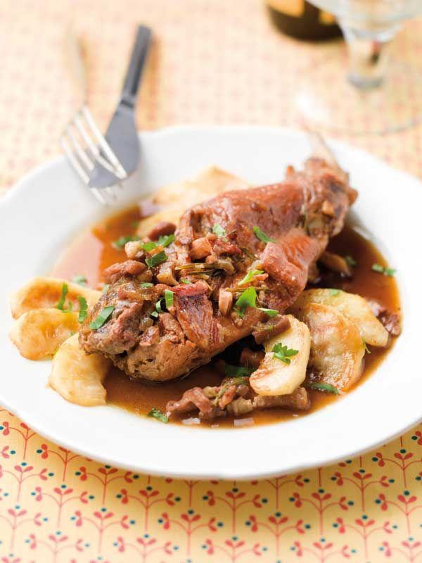 1. Pel de sjalotjes en snipper fijn. Spoel de peterselie en hak fijn. 2. Smelt een klont boter in een pan. Bak de stukken konijn hierin aan alle zijden goudbruin. Haal het vlees uit de pan. Kruid met peper en zout en zet opzij. 3. Bak in dezelfde pan de sjalotsnippers en de spekreepjes.