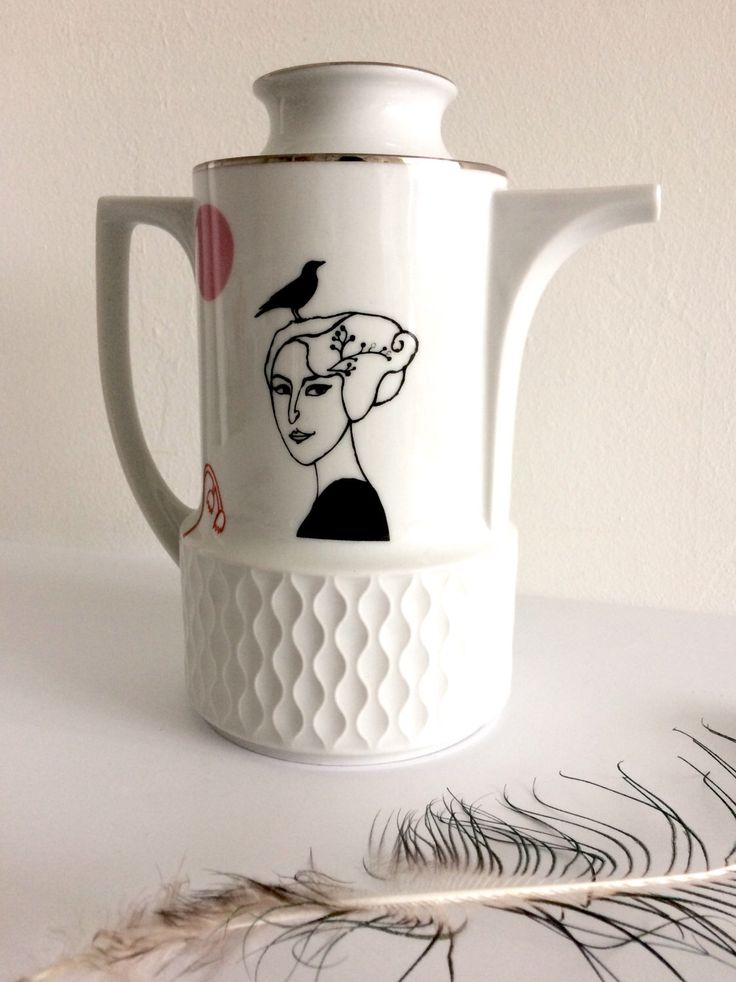 Een persoonlijke favoriet uit mijn Etsy shop https://www.etsy.com/nl/listing/474948560/vintage-theepot-met-belle-dame-josephine