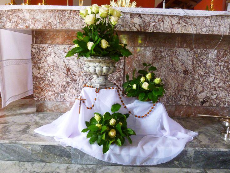 Róże i różaniec - dekoracja ołtarza październik 2017