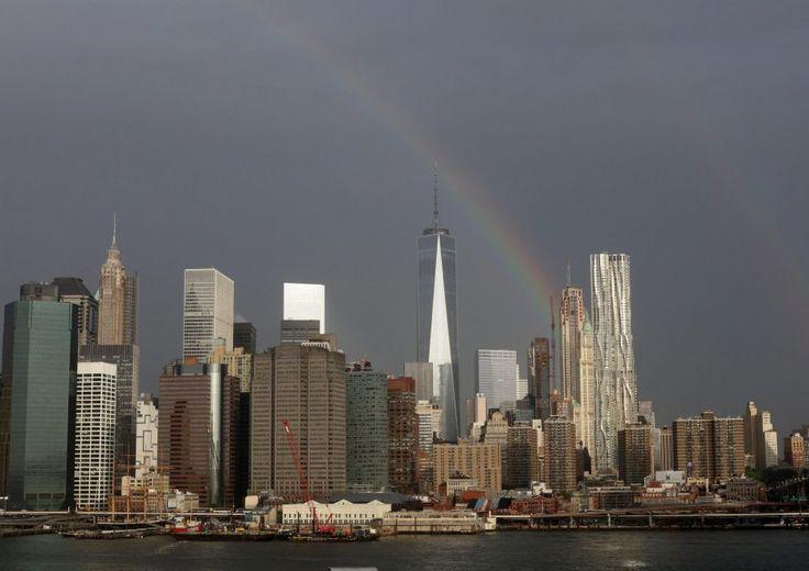 Uno spettacolare arcobaleno ha incantato la città di New York la sera prima dell'anniversario dell'attacco alle Torri Gemelle. Lo straordinario fenomeno è apparso esattamente sopra al World Trade Center ed è stato immortalato su Twitter da Ben Turner
