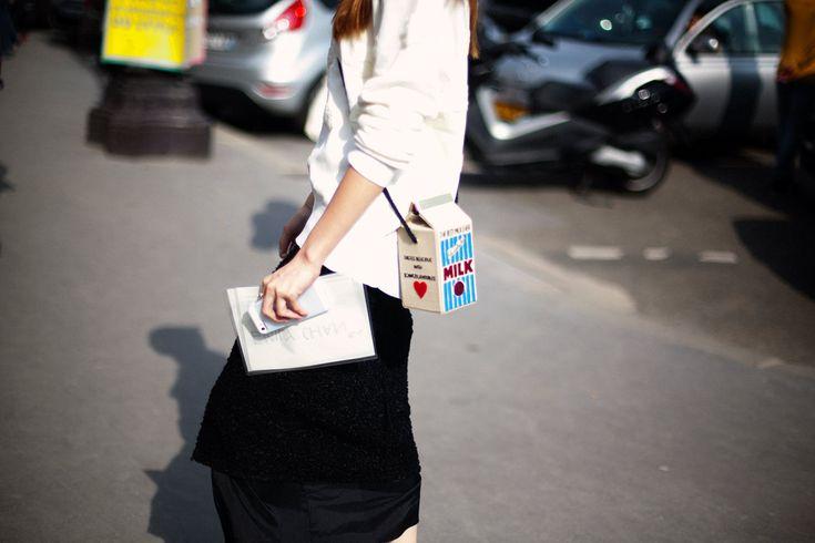 """Olympia Le-Tan no solo crea furor con sus bolsos en forma de libros, sino también con esta colección titulada """"Milk"""" con el que presenta este bolso en forma de """"brick"""" de leche."""