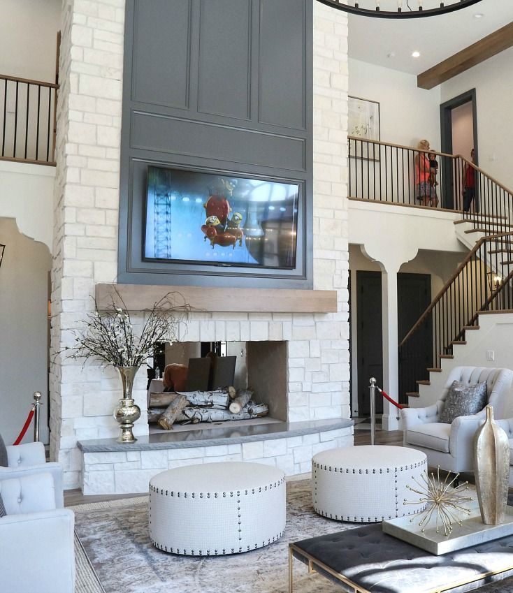 Beautiful living room with high ceilings 3393
