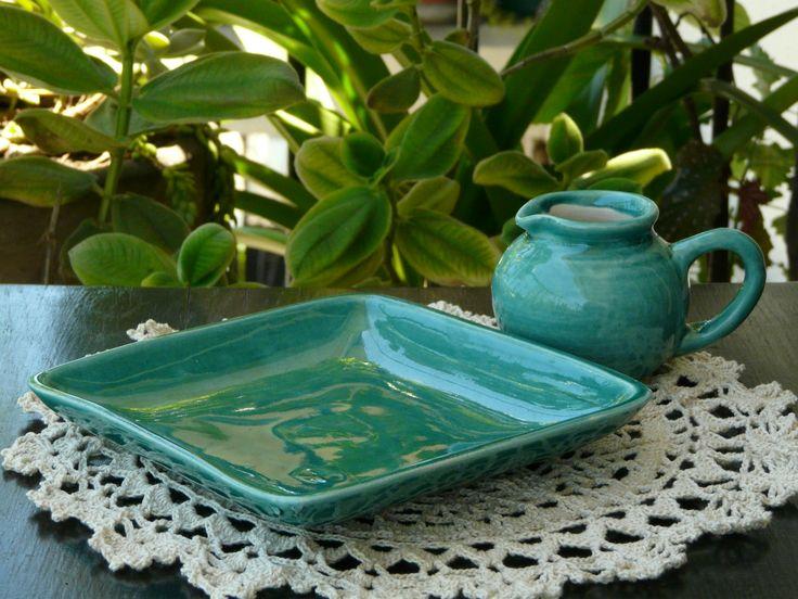 Plato cuadrado y lechera de ceramica. (Obra Inspiración Sustentable)