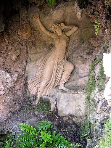   Eco     La gruta de Eco y Narciso en la salida del Laberint d'Horta. Barcelona.
