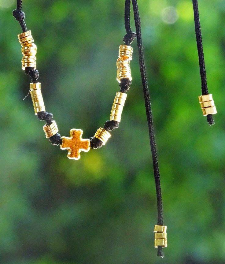 Collar con hilo corredizo y cruz