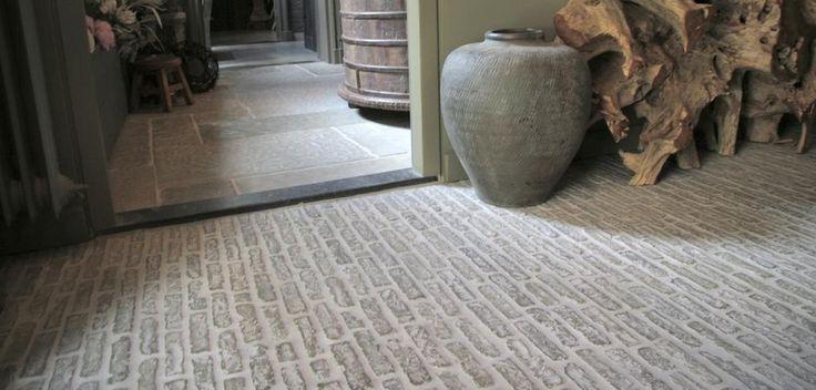 oude stenen vloer voor bij een overkapte buitenkeuken.