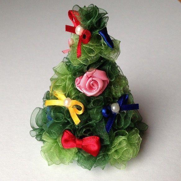 ミニクリスマスツリー。サイズ: 高さ8cm 直径約6cmの円すい形。素材: オーガンジー、サテンリボン、ビーズ、発泡スチロール(土台)どこから見てもかわいい... ハンドメイド、手作り、手仕事品の通販・販売・購入ならCreema。