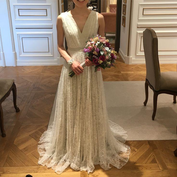 ドレスレポ11 こちらはAlexandra Gleccoのドレス 海外ドラマに出てきそうなおしゃれで大人っぽいすてきなドレス☺️ このドレスがいいと思ったところで、試着中に他の予約が入ってしまって着られなかったドレスです 結婚式とは関係ないですが、今日はだいすきなMr.Childrenのライブでうきうきです❤️ 結婚式でもミスチルの曲をたくさん聴きたいなって思っています #treatdressing #トリートドレッシング#試着レポ#alexandragrecco #アレクサンドラグレコ #プレ花嫁#2017秋婚