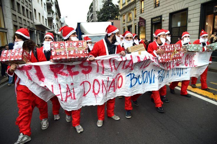 MEDIOLAN, WŁOCHY. Związek zawodowy Świętych Mikołajów postanowił ostro zaprotestować przeciw nowym przepisom umożliwiającym łatwiejsze zwolnienie z pracy.